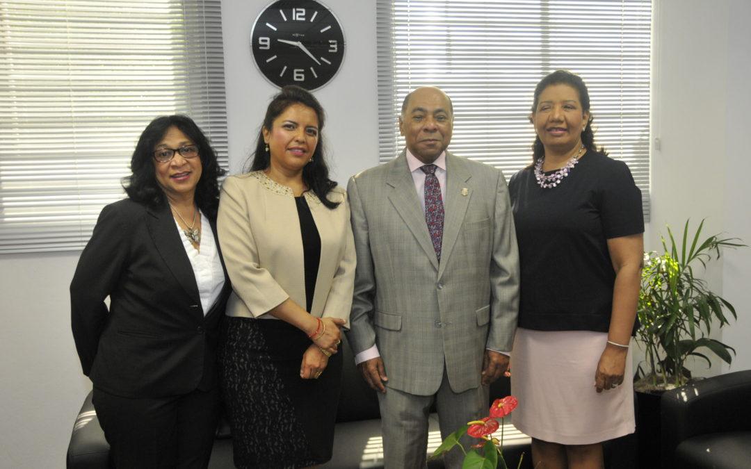 Embajador de EE.UU. se reúne con presidente Tribunal Constitucional.